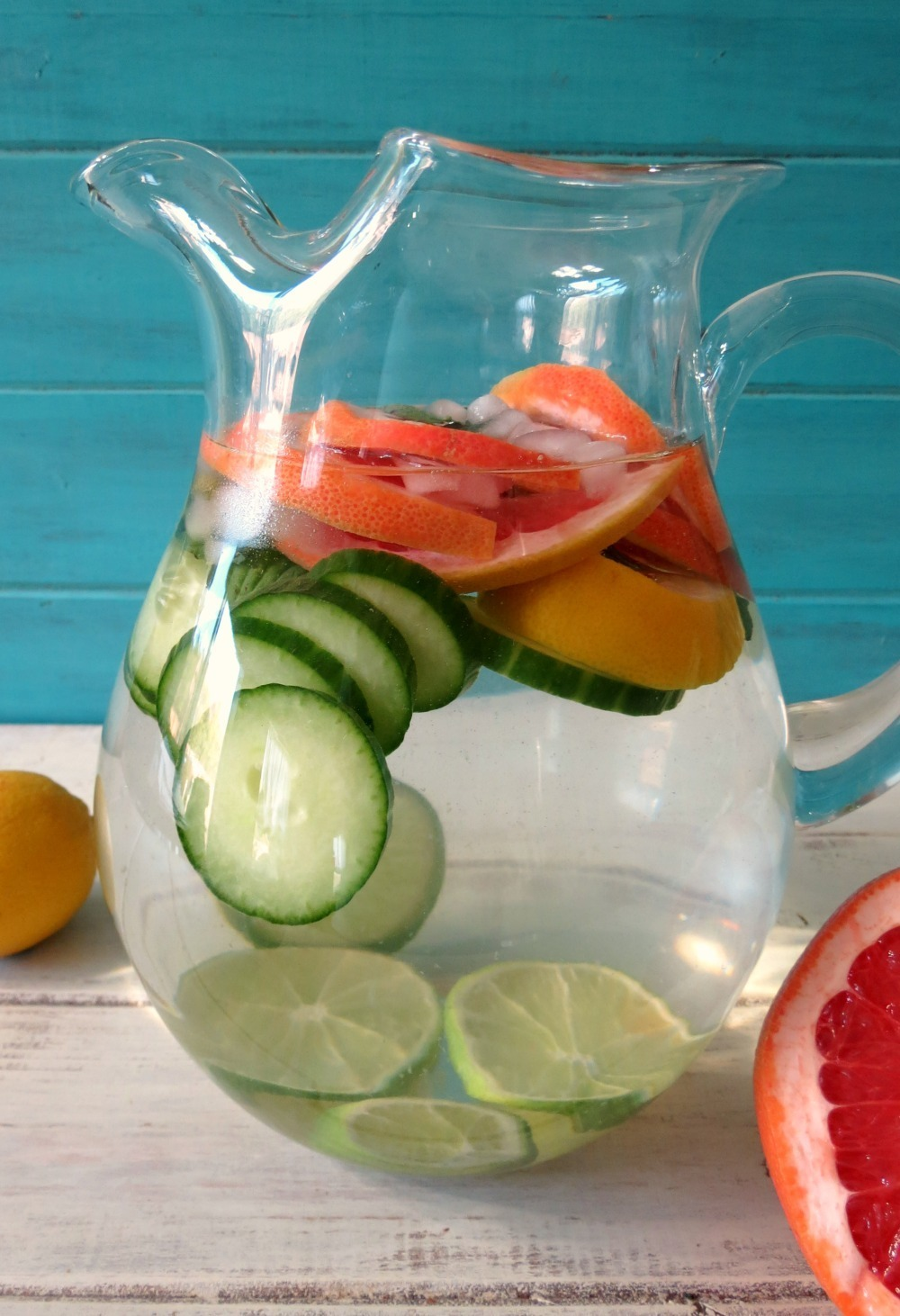 Fruity Detox Water. This delicious detox water has strawberries and kiwis and is the perfect summer drink. You will need 2 liters of water, a couple of strawberries and a couple of kiwis. Just chop your kiwis and strawberries, add to your water and sit in the fridge for a couple of hours to let it seep.