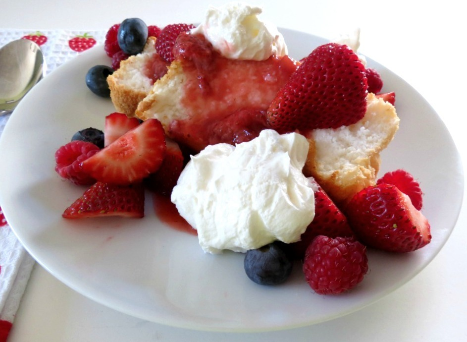 Angel Food Cake with Strawberry Sauce 024a